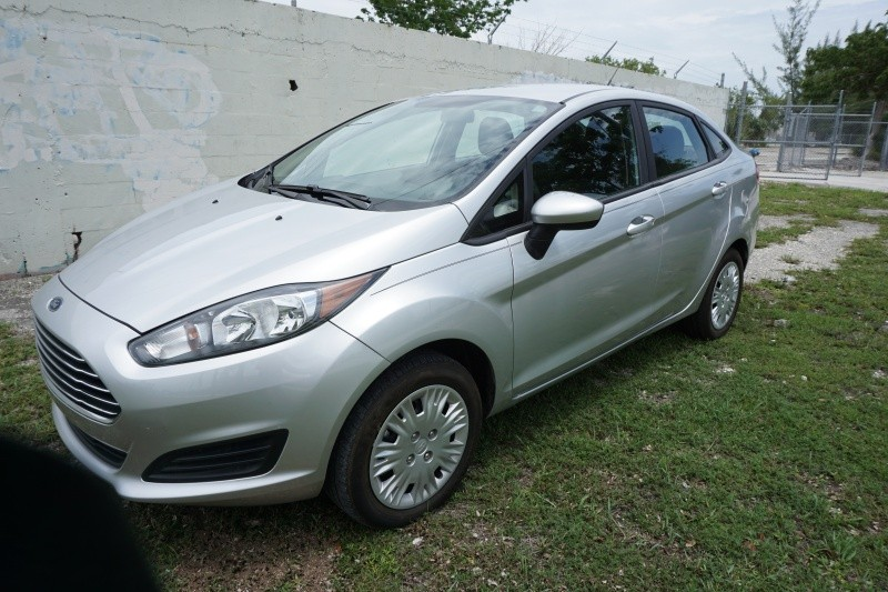 2016 Ford Fiesta 4dr Sdn S The front windshield is in excellent condition The paint is in great s