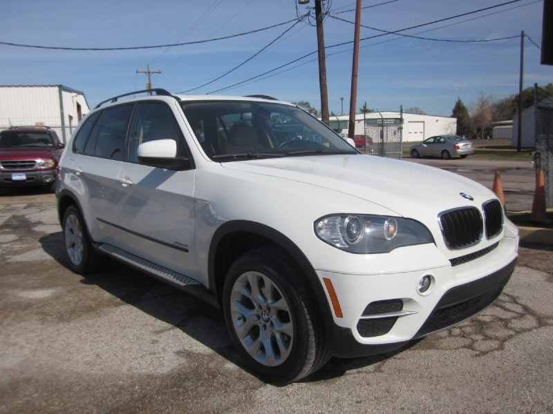2011 BMW X5 AWD 4dr 35i Still under Factory Warranty  recently serviced at Momentum BMW and ready