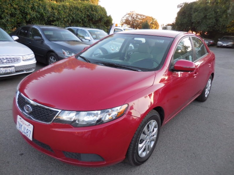 2013 Kia Forte EX We are pleased to offer a very nice 2013 Kia Forte that is Red in color and that