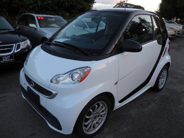 2014 smart Fortwo electric coupe We are proud to offer a nice 2014 smart Fortwo that is White in c