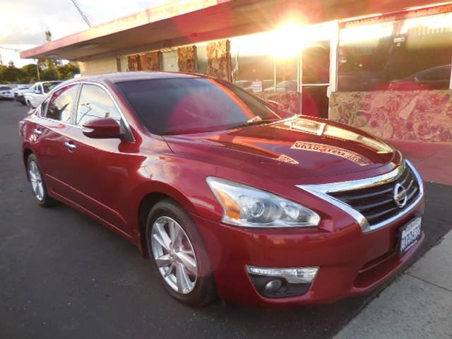 2013 Nissan Altima 25 S Now offering a beautiful 2013 Nissan Altima 25 S that is Maroon in color