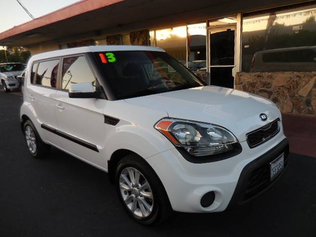 2013 Kia Soul Wagon We are excited to offer a very nice 2013 Kia Soul Wagon that is White in color