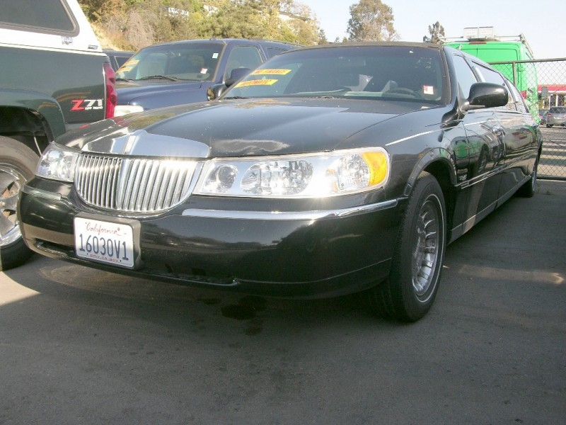2000 Lincoln Town Car 4dr Sdn Signature Black Black 232971 miles Stock QAD63802 VIN 1L1FM
