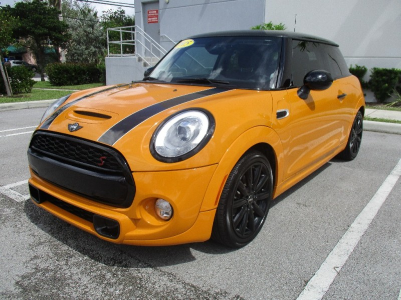 2015 Mini Cooper Hardtop 2dr HB S Wonderful vehicle one owner no accidents Very clean in and o