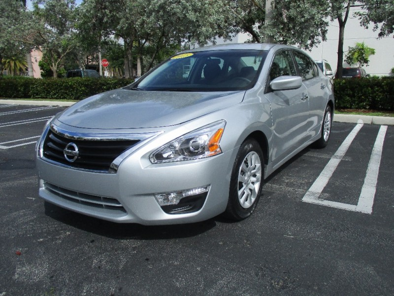 2015 Nissan Altima 4dr Sdn I4 25 SV Beautiful vehicle very clean in and out Silver Black 300