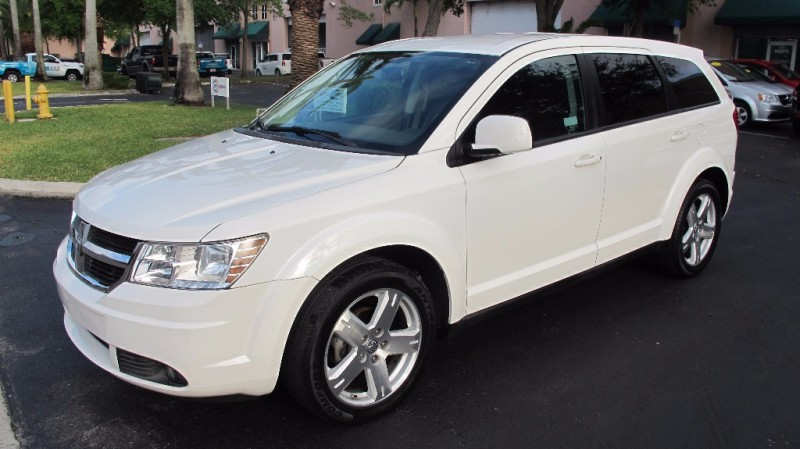 2009 Dodge Journey FWD 4dr SXT If youre looking for minivan utility and storage space without th