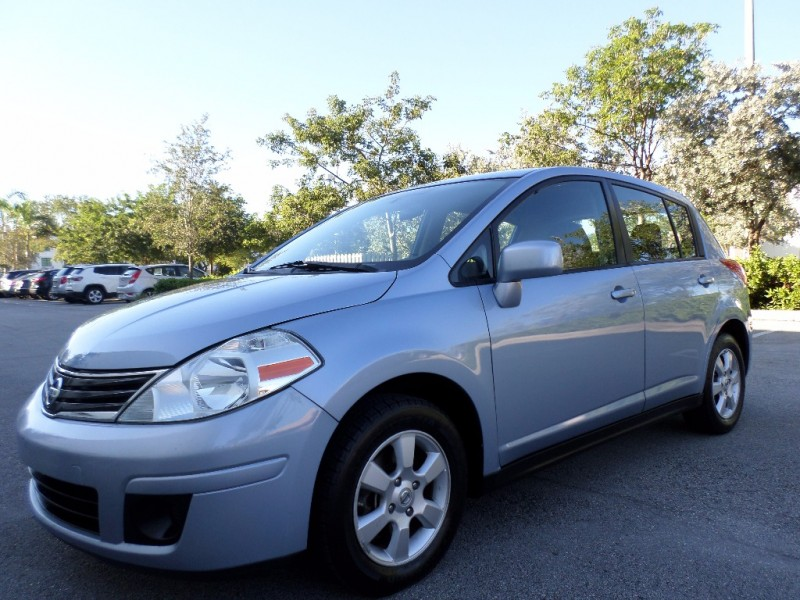 2011 Nissan Versa 5dr HB I4 CVT 18 SL The 2011 Nissan Versa leads the small-car pack in spaciousn