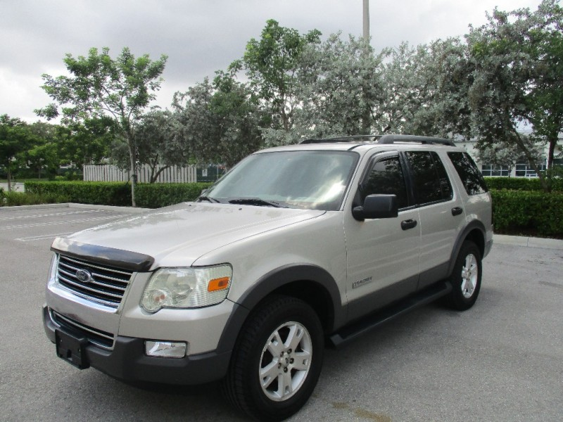 2006 Ford Explorer 4dr 114 WB 40L XLT Whether youre drawn to the Explorer for its truck-like tow