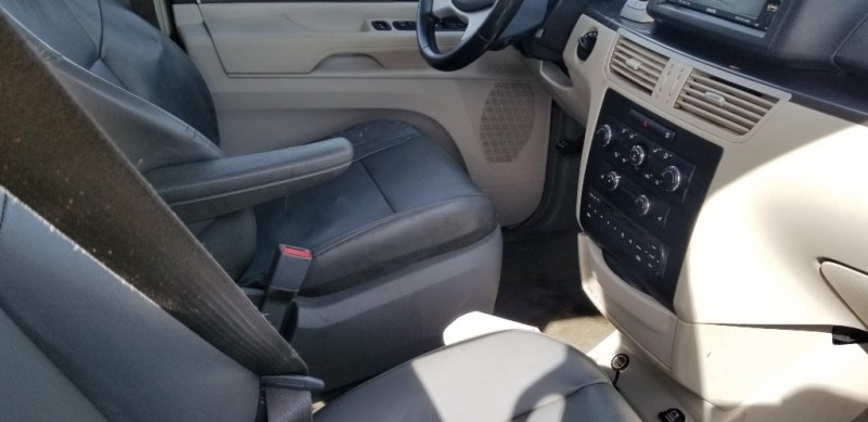 Volkswagen Routan 2010 price $5,500