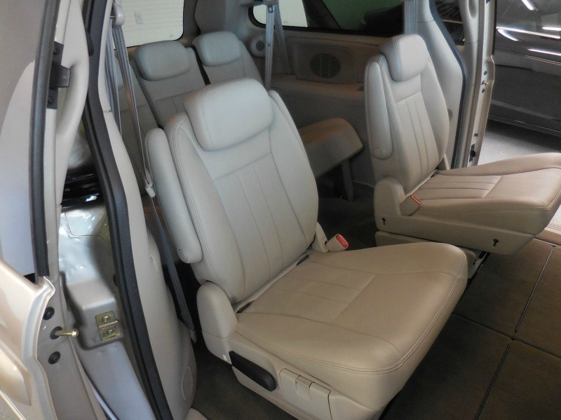 Chrysler Town & Country 2005 price $4,500