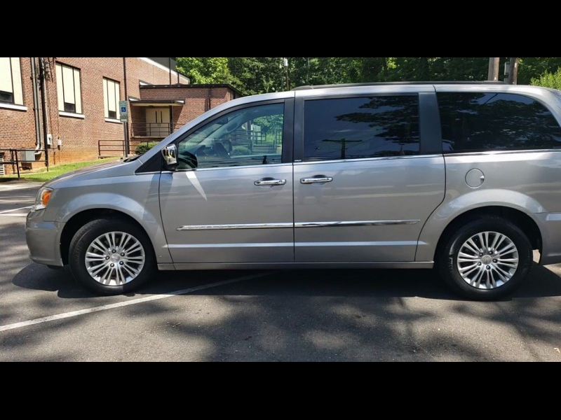 Chrysler Town & Country 2013 price $10,900