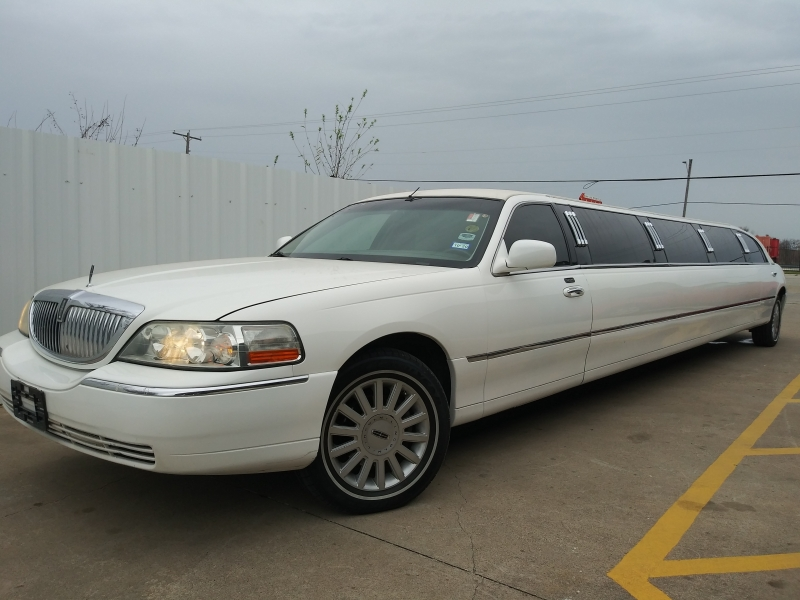 Lincoln Town Car 2005 price $11,960