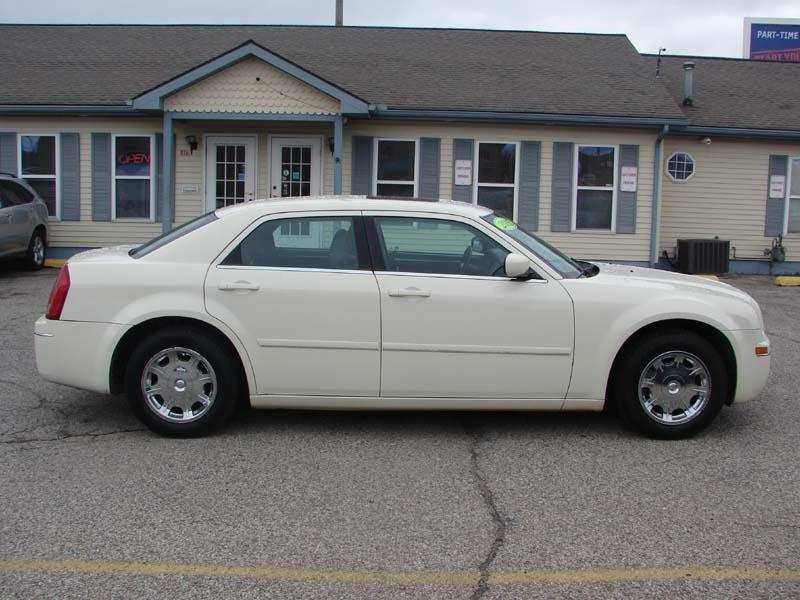 Chrysler 300-Series 2005 price $4,300
