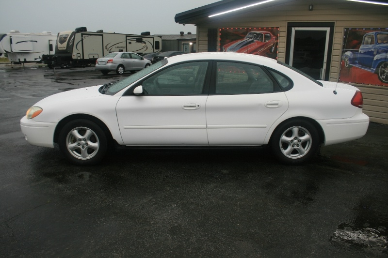 Ford Taurus 2004 price $2,995 Cash