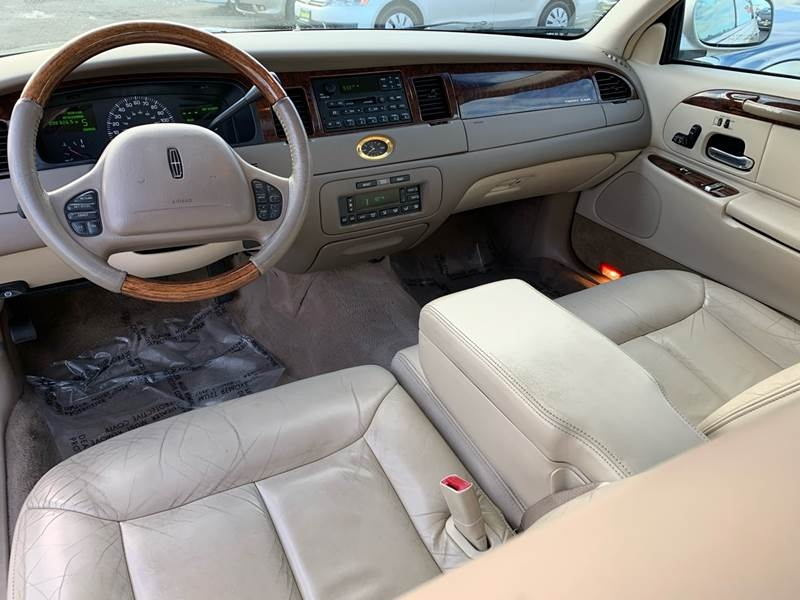 Lincoln Town Car 2000 price $2,990
