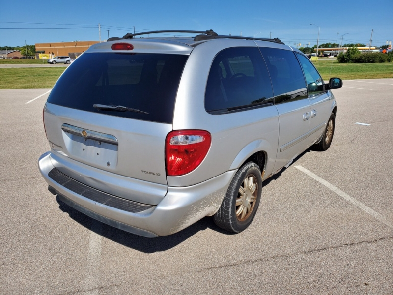 CHRYSLER TOWN & COUNTRY 2005 price $1,100