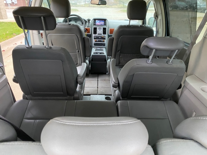 CHRYSLER TOWN & COUNTRY 2009 price $4,500