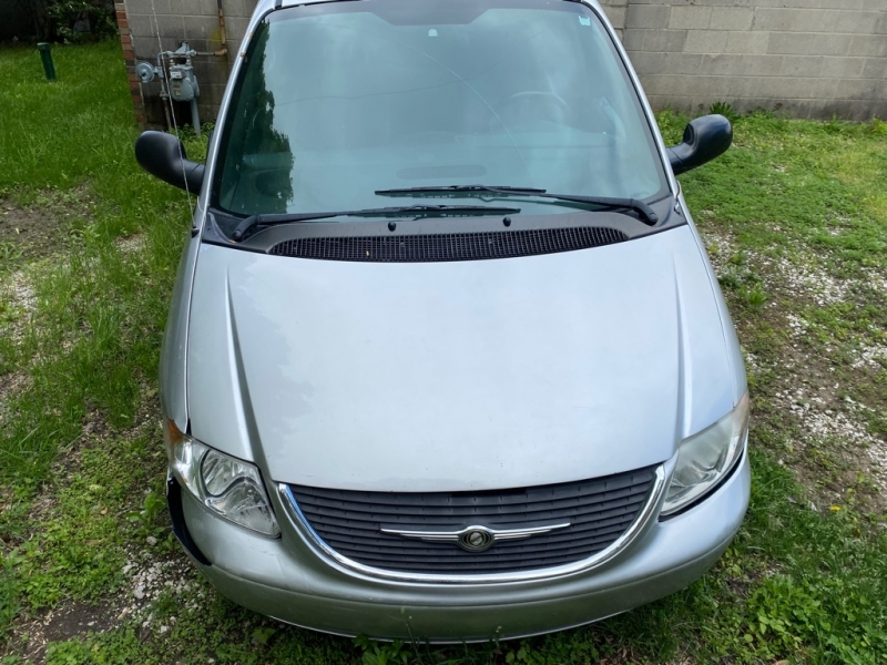 CHRYSLER TOWN & COUNTRY 2004 price $400