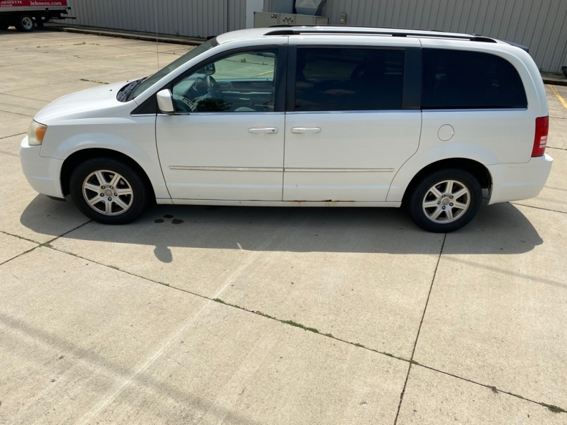 CHRYSLER TOWN & COUNTRY 2010 price $2,500