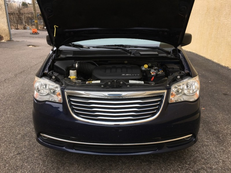 CHRYSLER Town & Country 2013 price $11,425