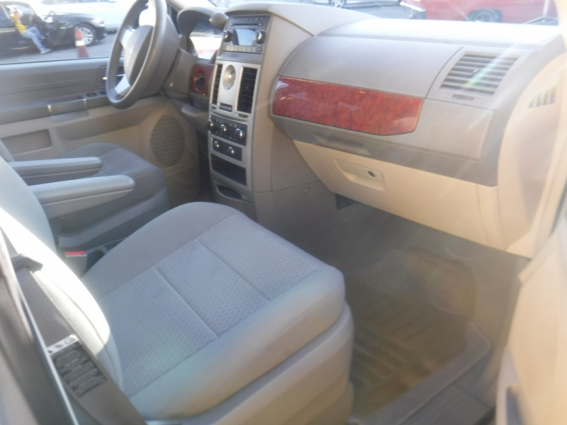 Chrysler Town & Country 2009 price $5,900