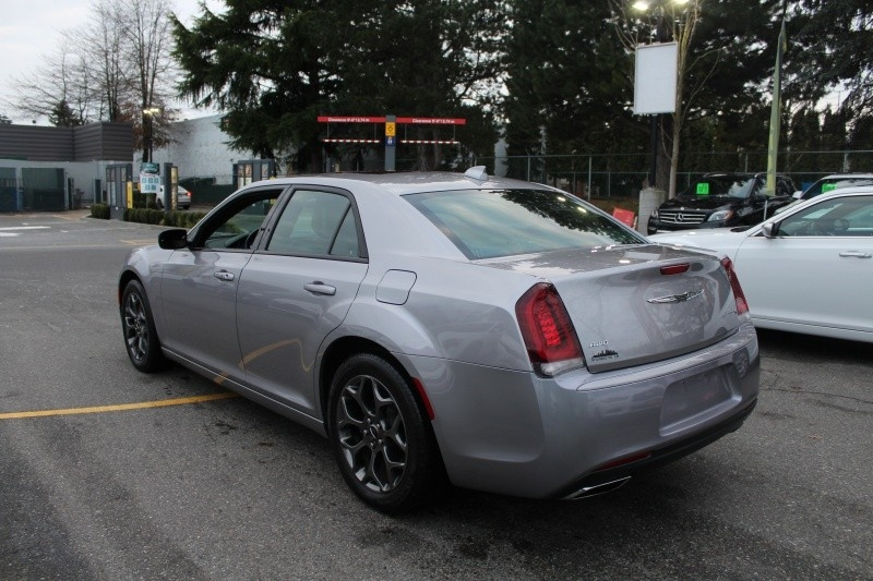 Chrysler 300 2018 price $32,889