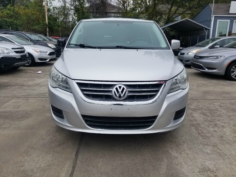 Volkswagen Routan 2011 price $6,750