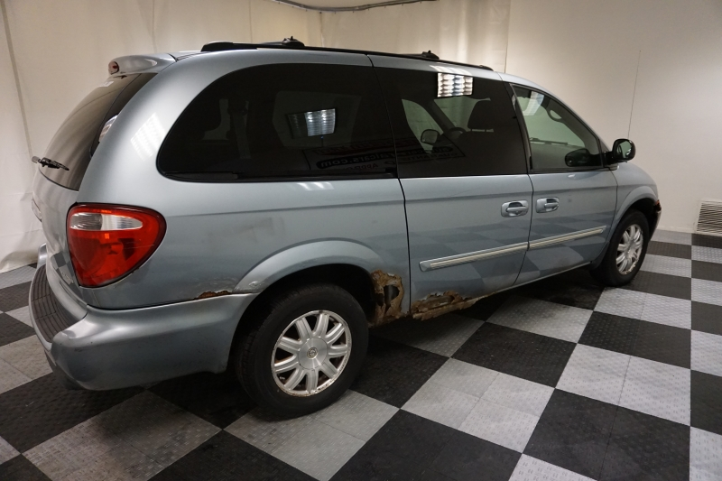 Chrysler Town & Country 2005 price $1,300