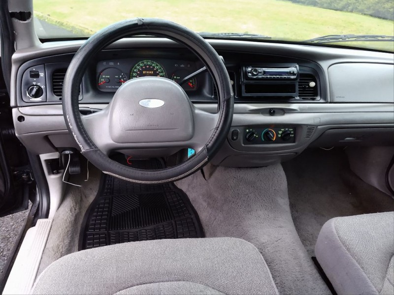 FORD CROWN VICTORIA 2001 price $2,495