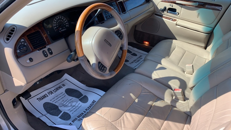 LINCOLN TOWN CAR 2001 price Call for Pricing.