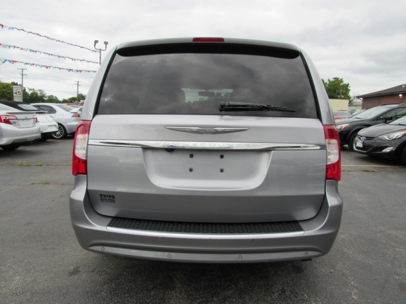 Chrysler Town & Country 2013 price $12,995