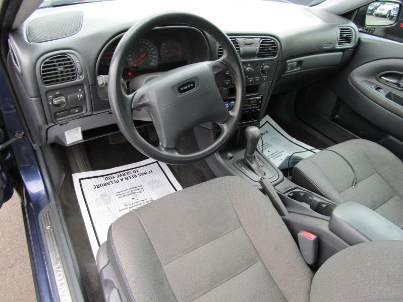 Volvo V40 2002 price $2,477