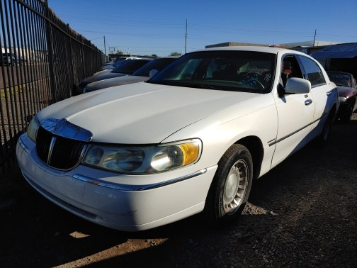 Lincoln Town Car 2000 price $900