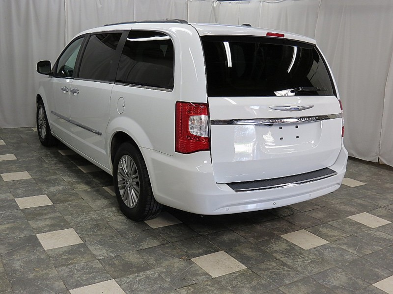 Chrysler Town & Country 2016 price $17,395