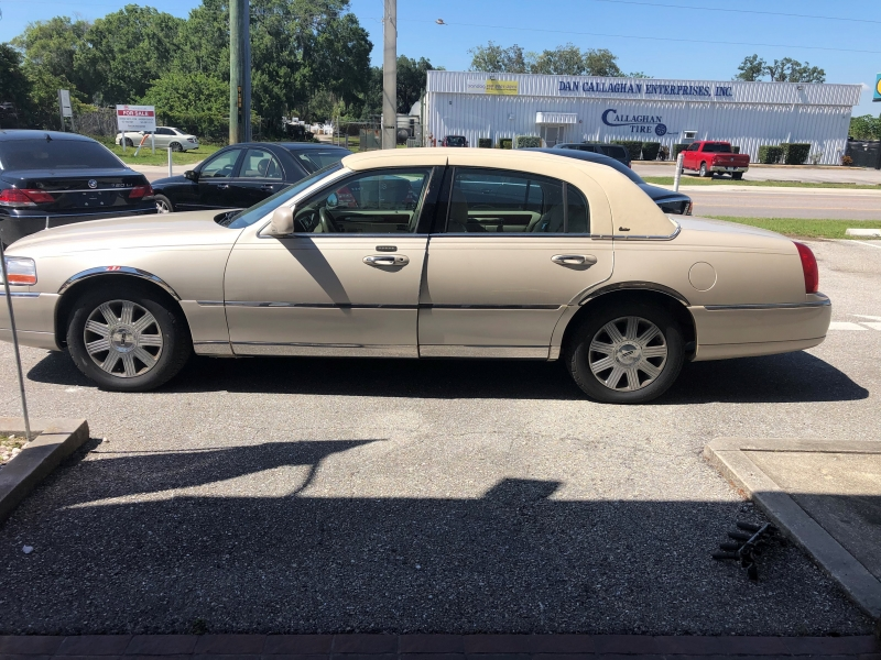 Lincoln Town Car 2003 price $2,999