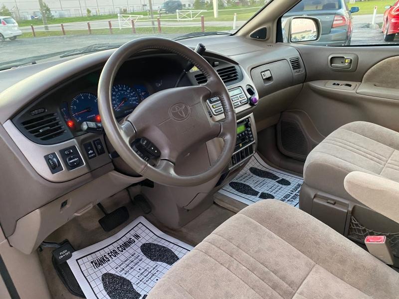 Toyota Sienna 2001 price $2,988