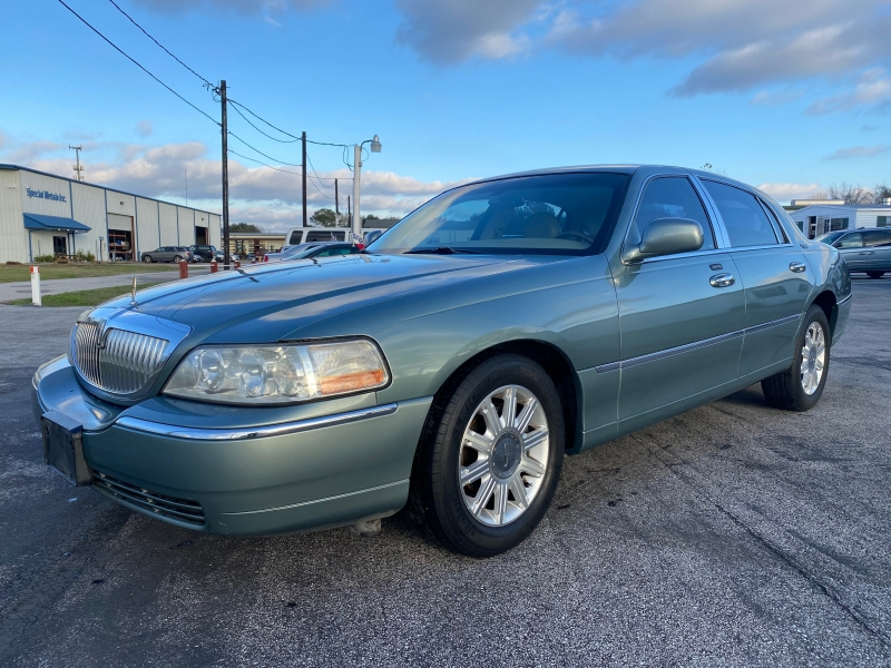 Lincoln Town Car 2006 price $2,000