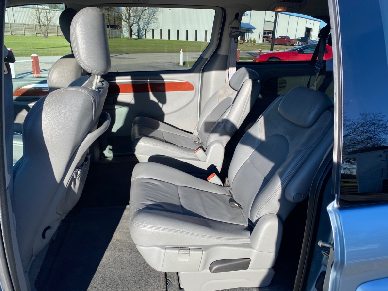 Chrysler Town & Country 2005 price $2,988