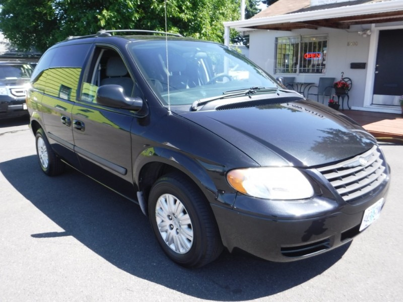 Chrysler Town & Country 2005 price $4,995