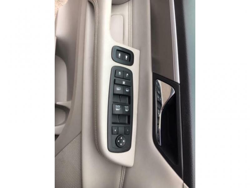 Volkswagen Routan 2009 price $6,800