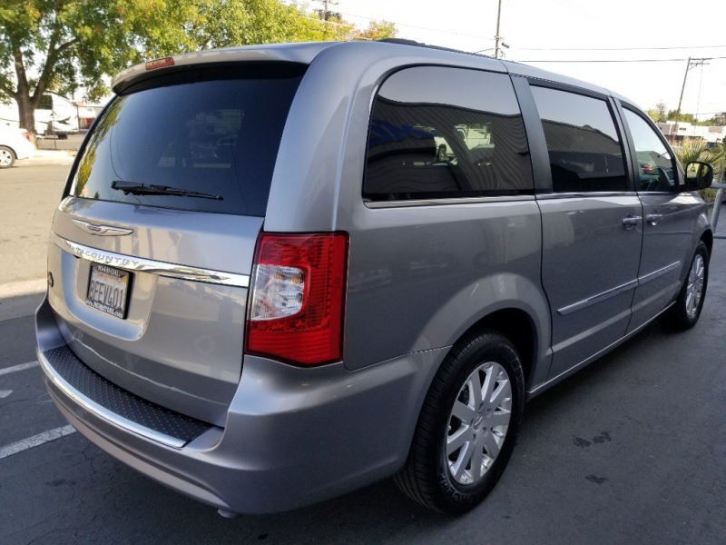 Chrysler Town & Country 2016 price $17,995