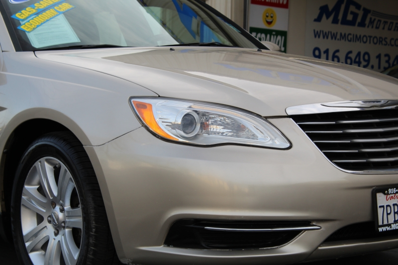 Chrysler 200-Series 2013 price $5,995