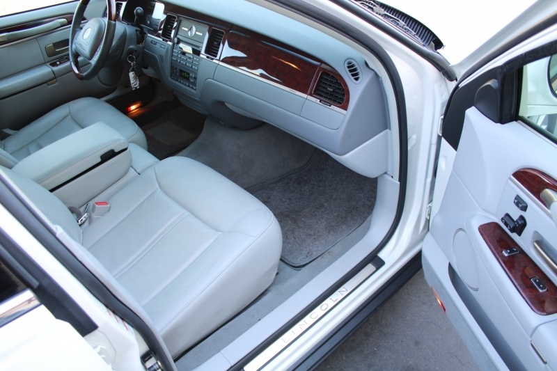 Lincoln Town Car 2004 price $19,995