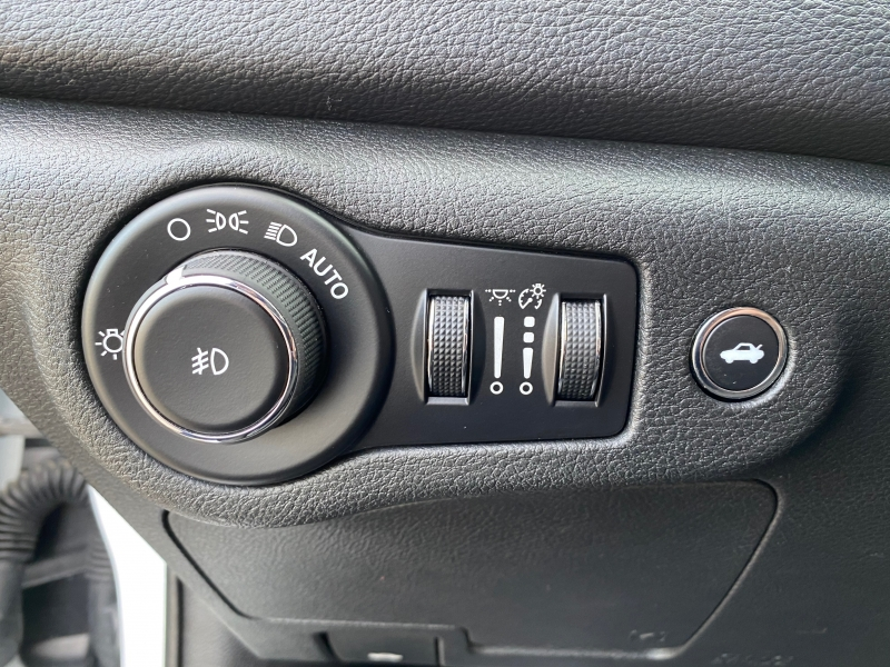 Chrysler 200S 2015 price $10,499