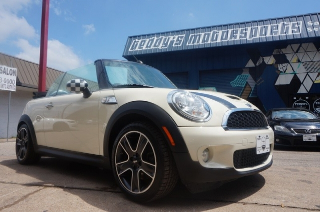 2009 Mini Cooper S Convertible White on Red/blk Seats Manual