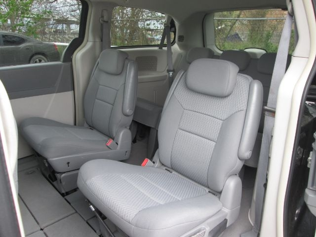 Chrysler Town & Country 2010 price $10,950
