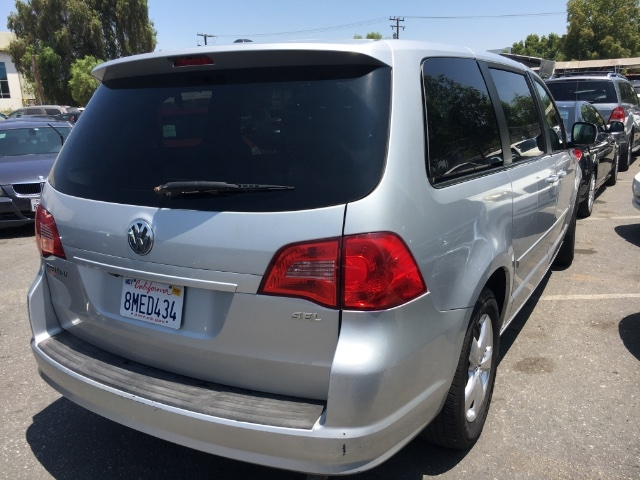 Volkswagen Routan 2009 price $4,250