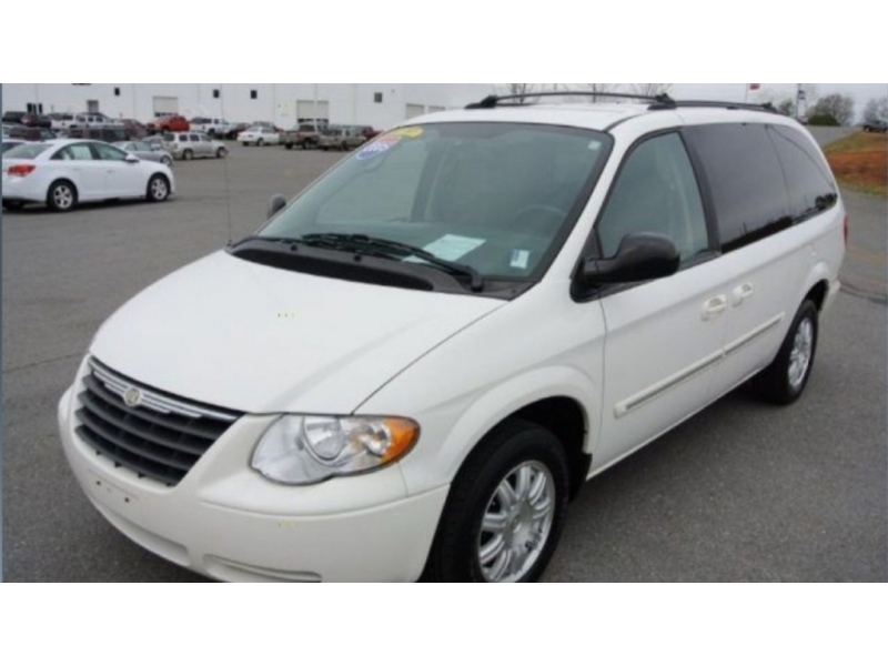 Chrysler Town & Country 2005 price $3,999