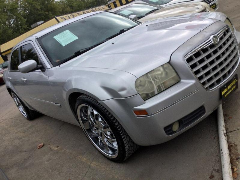 CHRYSLER 300 2005 price $525 Down