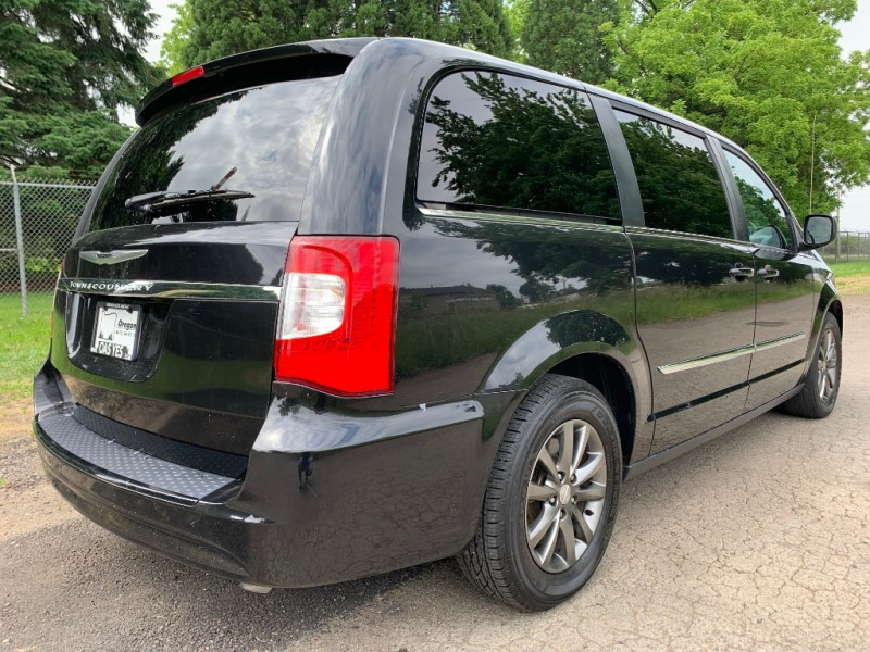 Chrysler Town & Country 2015 price $16,995